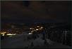 Beleuchtete Straßen und Häuser in der norwegischen Winternacht