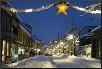 Weihnachtlich geschmückte Straße in Norwegen