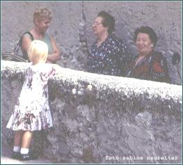 Foto Kind mit Frauen