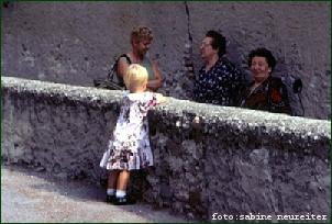 Kind mit Frauen