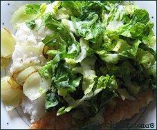 Der einfachste Salat der Welt - auf dem Foto mit Reis, gerösteten Zwiebeln und Krabben