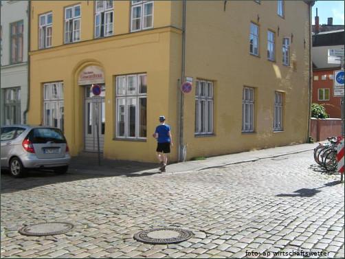 Mann mit Hut in der Lübecker Altstadt